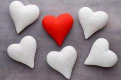 Corazones rojos el fondo gris Fondo del día de tarjeta del día de San Valentín Fotos de archivo