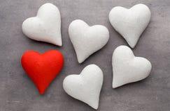 Corazones rojos el fondo gris Fondo del día de tarjeta del día de San Valentín Imagen de archivo