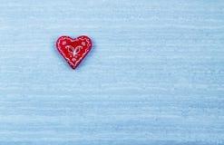 Corazones rojos en día azul del ` s de la tarjeta del día de San Valentín del fondo Fotos de archivo