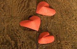 Corazones rojos en el día de la tarjeta del día de San Valentín Fotos de archivo
