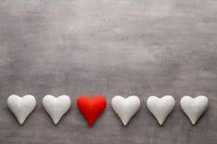 Corazones rojos en el fondo gris Fondo del día de tarjeta del día de San Valentín Imagen de archivo libre de regalías