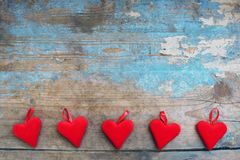 Corazones rojos en fondo de madera Tarjeta de felicitación del día de tarjetas del día de San Valentín Visión superior con el esp imagenes de archivo