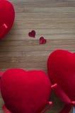 Corazones rojos en la madera Imagen de archivo libre de regalías