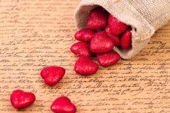 Corazones rojos en un bolso Fotografía de archivo libre de regalías
