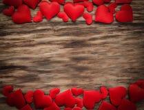 Corazones rojos en un fondo de madera fotografía de archivo