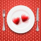 Corazones rojos en una placa, el día de tarjeta del día de San Valentín Foto de archivo libre de regalías