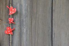 Corazones rojos en viejos tableros Estilo rústico Fondo Imágenes de archivo libres de regalías