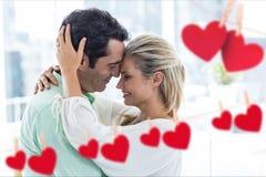 Corazones rojos generados Digital alrededor del abarcamiento romántico de los pares Imagen de archivo libre de regalías