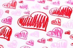 Corazones rojos pintados a mano. El pastel marca el fondo del extracto con tiza del día de tarjeta del día de San Valentín Imágenes de archivo libres de regalías
