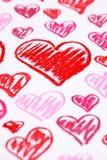 Corazones rojos pintados a mano. El pastel marca el fondo del extracto con tiza del día de tarjeta del día de San Valentín imagen de archivo libre de regalías