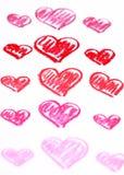 Corazones rojos pintados a mano. El pastel marca el fondo del extracto con tiza del día de tarjeta del día de San Valentín Foto de archivo