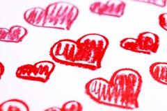 Corazones rojos pintados a mano. El pastel marca el fondo del extracto con tiza del día de tarjeta del día de San Valentín fotos de archivo libres de regalías