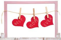 Corazones rojos que cuelgan en cuerda para tender la ropa Imágenes de archivo libres de regalías