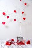 Corazones rojos que cuelgan en el árbol Imagenes de archivo
