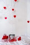 Corazones rojos que cuelgan en el árbol Fotos de archivo