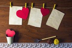 Corazones rojos que cuelgan en la cuerda Foto de archivo libre de regalías