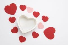 Corazones rojos, rosados y blancos del día de tarjeta del día de San Valentín Foto de archivo libre de regalías
