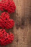 Corazones rojos sobre el fondo de madera para el día de tarjetas del día de San Valentín Imágenes de archivo libres de regalías