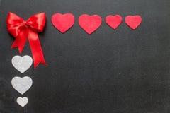 Corazones rojos y blancos en tableros negros Imagen de archivo
