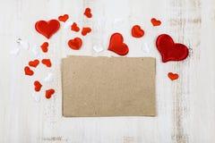 Corazones rojos y blancos en un fondo de madera Foto de archivo libre de regalías