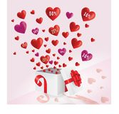 Corazones rojos y púrpuras que vuelan de la caja de regalo con venta grande imagenes de archivo