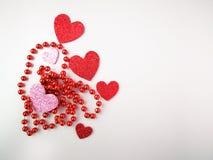 Corazones rojos y rosados aislados en la opinión superior del fondo blanco Foto de archivo libre de regalías