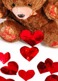 Corazones rojos y un oso de peluche Fotos de archivo libres de regalías