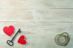 Corazones rojos y vieja llave del hierro a la cerradura Mensaje del día de tarjetas del día de San Valentín imagen de archivo
