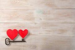 Corazones rojos y vieja llave del hierro a la cerradura Mensaje del día de tarjetas del día de San Valentín foto de archivo