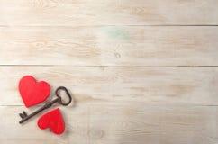 Corazones rojos y vieja llave del hierro a la cerradura Mensaje del día de tarjetas del día de San Valentín fotos de archivo libres de regalías