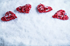 Corazones románticos hermosos del vintage en un fondo escarchado blanco del invierno de la nieve Amor y concepto del día de tarje Fotos de archivo