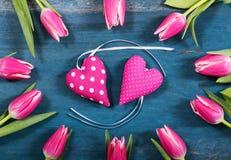 Corazones rosados con los tulipanes Fotos de archivo libres de regalías