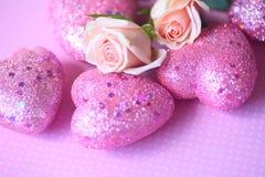 Corazones rosados de la tarjeta del día de San Valentín con las rosas Foto de archivo libre de regalías