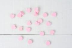Corazones rosados del caramelo en blanco Imagen de archivo libre de regalías