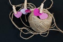 Corazones rosados del día de tarjetas del día de San Valentín en fondo gris Foto de archivo libre de regalías