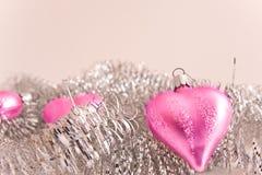 Corazones rosados del vidrio de la Navidad Imagen de archivo libre de regalías