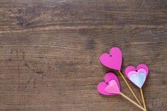 Corazones rosados en el fondo de madera Imagenes de archivo