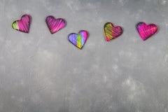 Corazones rosados violetas negros hechos en casa en un fondo concreto gris El concepto de tarjeta del día de San Valentín \ de 'd foto de archivo