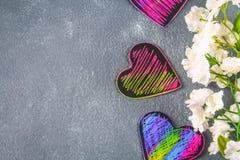 Corazones rosados violetas negros hechos en casa en un fondo concreto gris El concepto del día de tarjeta del día de San Valentín Fotos de archivo libres de regalías