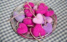 Corazones rosados y púrpuras en un disco Fotografía de archivo libre de regalías