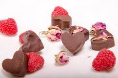 Corazones, rosas y rasberries del chocolate fotografía de archivo