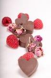 Corazones, rosas y rasberries del chocolate fotos de archivo