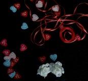 Corazones te amo al día de la tarjeta del día de San Valentín del st en una parte posterior del negro Imagen de archivo libre de regalías