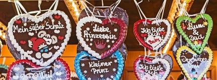 Corazones tradicionales del pan de jengibre como símbolo para el amor Foto de archivo libre de regalías