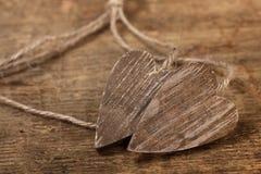 Corazones wooned atados en la madera vieja con la picadura imagen de archivo libre de regalías