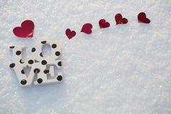 Corazones y amor rojos en nieve Imagenes de archivo