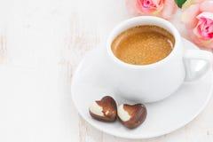 Corazones y café express del chocolate para el día de tarjeta del día de San Valentín, visión superior Foto de archivo