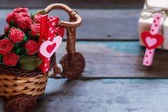 Corazones y flores en de madera Fotografía de archivo libre de regalías