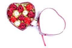 Corazones y flores a la tarjeta del día de San Valentín aislada en el ingenio blanco del fondo Fotografía de archivo