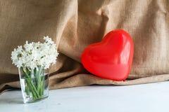 Corazones y flores para el día de tarjeta del día de San Valentín Fotos de archivo